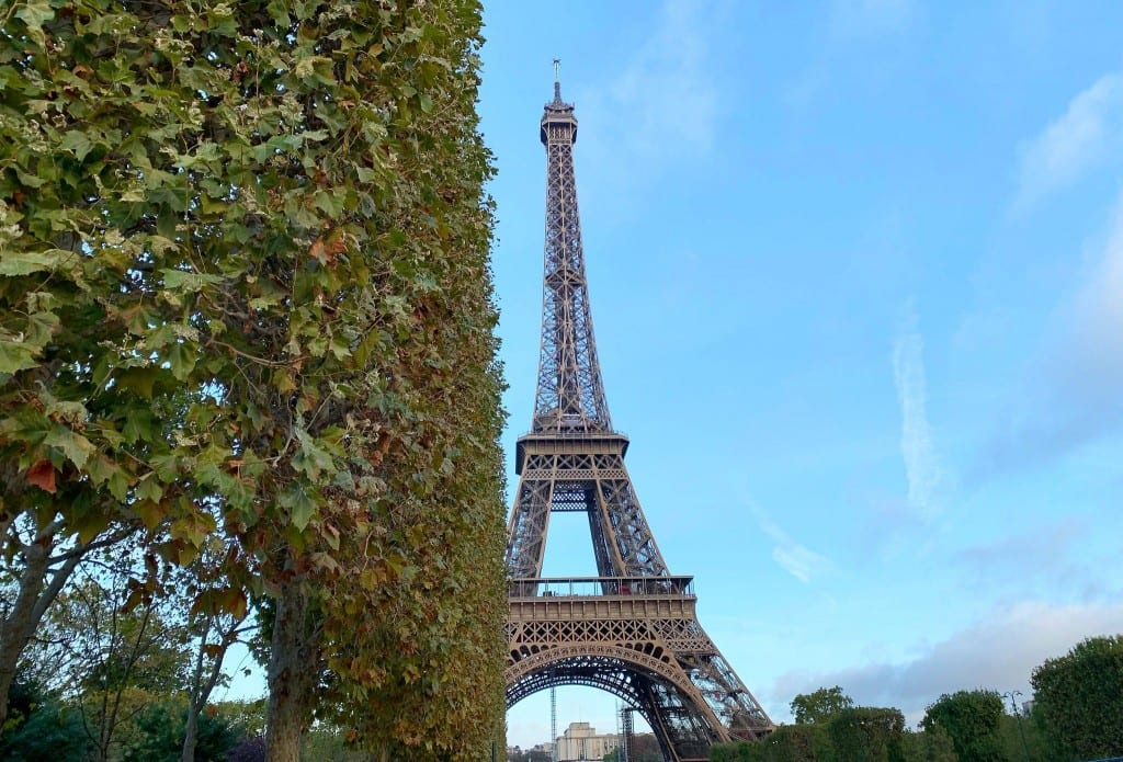 Admiring the Eiffel Tower - landlopers